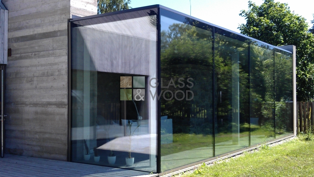 Glass outbuilding for house